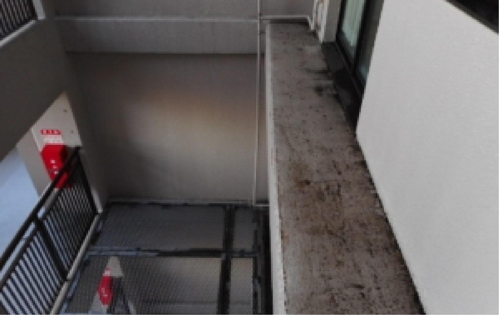 清掃しにくいところに鳥の糞がたくさんあり汚れている場所の写真